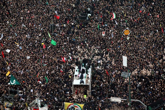 Duizenden Iraniërs volgen in Mashhad, in het noordoosten van Iran, de doodskist van de omgekomen generaal Qassem Soleimani.