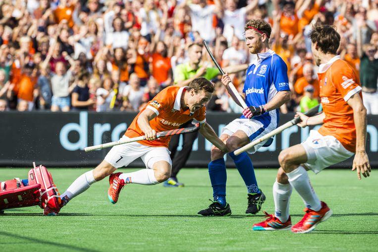 Vreugde bij Roel Bovendeert, die Bloemendaal op voorsprong heeft gebracht in de finale van de Euro Hockey League tegen Kampong. Beeld ANP