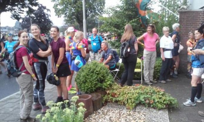 Een rij van wachtende wandelaars voor het toilet van Marion van Halderen in Grootstal.