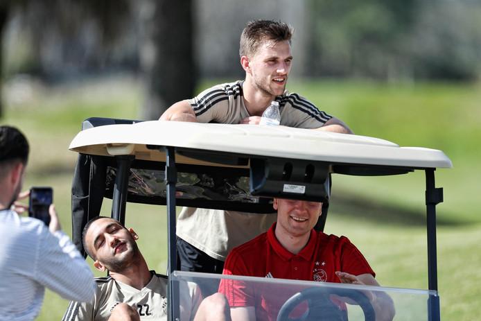 Ajacieden Joël Veltman en Hakim Ziyech zijn in een golfwagentje op weg naar de training.