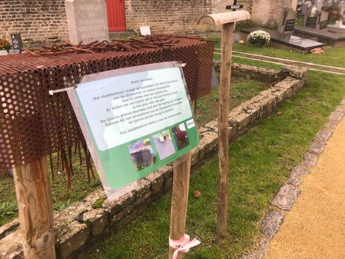 Grondpinnen voor bloemen op Poperingse begraafplaatsen