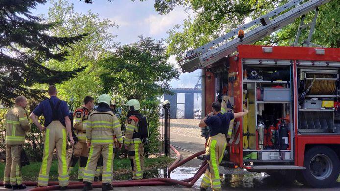 Flinke brand verwoest houten schuur Brinkhoekweg.
