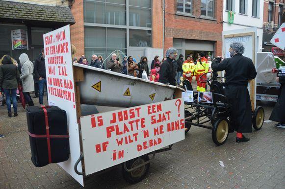 Ook Joost Arents is mikpunt van spot tijdens de carnavalsstoet.