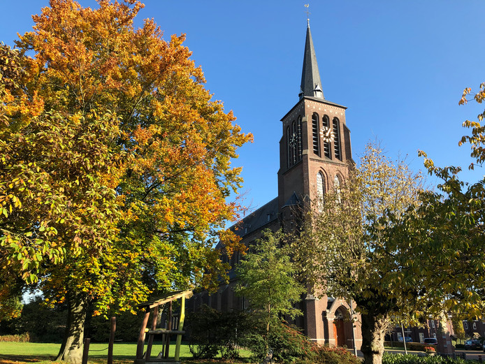 Aan de linkerzijde van de parochiekerk in Eerde wordt, in de voormalige pastorietuin, een aanbouw voor de Petrus en Paulus-school gerealiseerd.