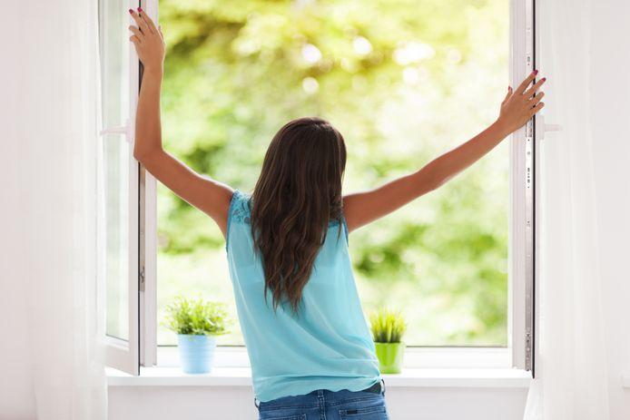 Zet de ramen en deuren wagenwijd open voor een fris lentegevoel, raadt opruimcoach Esther van Dijk aan.