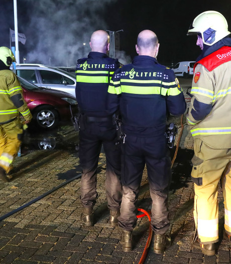 Twee auto's uitgebrand bij autobedrijf Dankers in Heesch