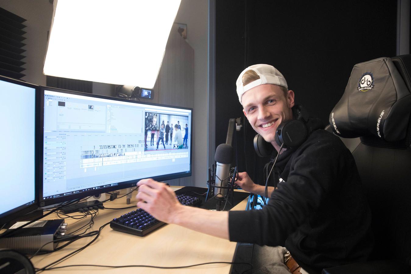 Milan Knol achter zijn computer.