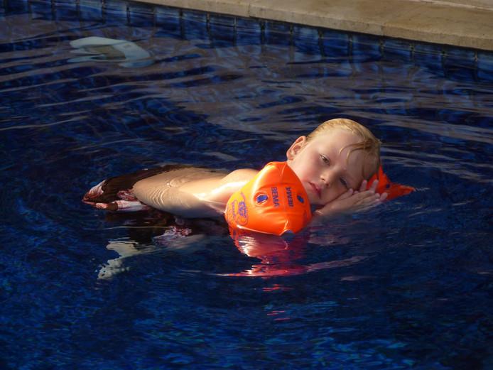 Jens doet een stukje Balinese yoga voor in het zwembad