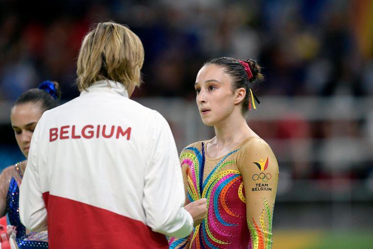 Nina Derwael luistert naar haar coach Marjorie Heuls op de Olympische spelen in 2016.