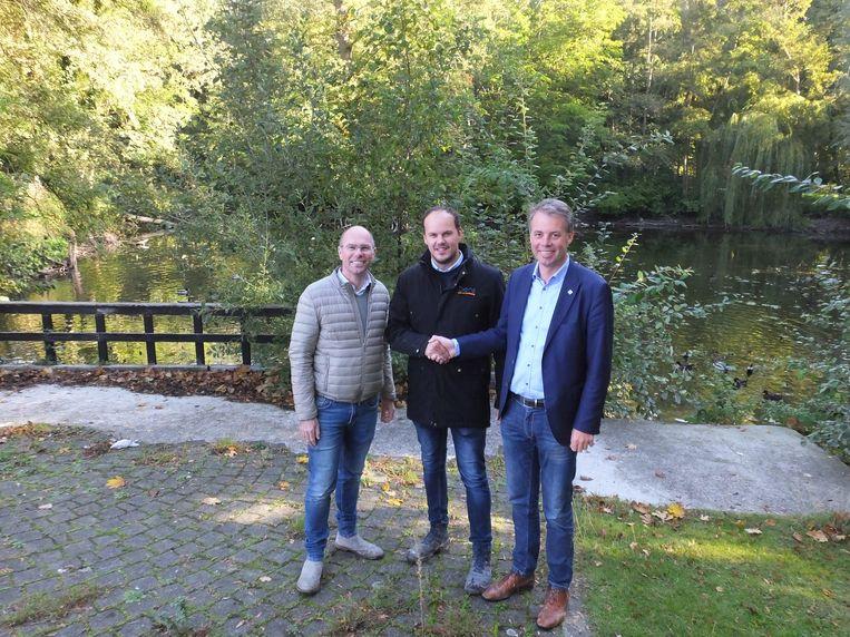 Schepen van Stadsbos Bruno Dhaenens (Open Vld), Nico Vanclooster, projectmanager bij Ibens en burgemeester Jan Vermeulen (CD&V) aan de vijver van De Ceder.
