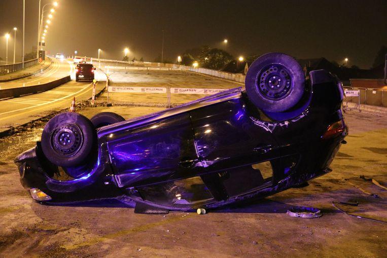 Het voertuig belandde op zijn dak aan de wegenwerken.