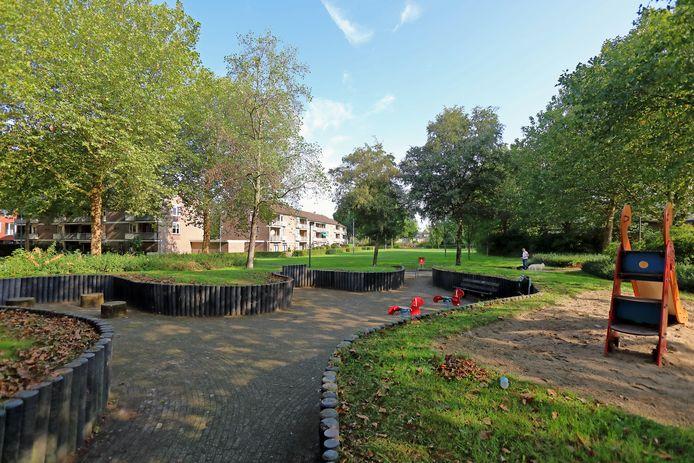 Het Santrijnpark, ingeklemd tussen de Strijenstraat, Donkerstraat, Rutselboslaan en Santrijnhof in Oosterhout, gaat op de schop. Het gebied is verouders en in onbruik geraakt. Hier het park gezien van de Rutselboslaan, kijkend in de richting van de Strijenstraat. Foto Johan Wouters / Pix4Profs