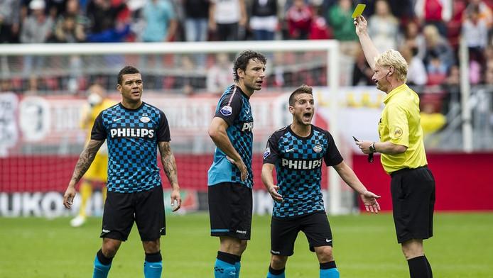 Mark van Bommel ziet voor de vijfde keer dit seizoen geel.