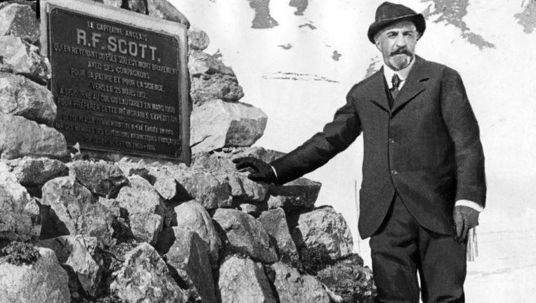 De Franse poolreiziger Jean-Baptiste Charcot bij het gedenkteken voor Scott op de Zuidpool Beeld AFP