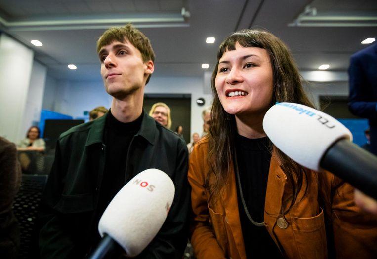 Initiatiefnemers Luca van der Kamp en Nina Boelsums staan de pers te woord na afloop van de openbare zitting in Nieuwspoort over het referendum. Beeld anp