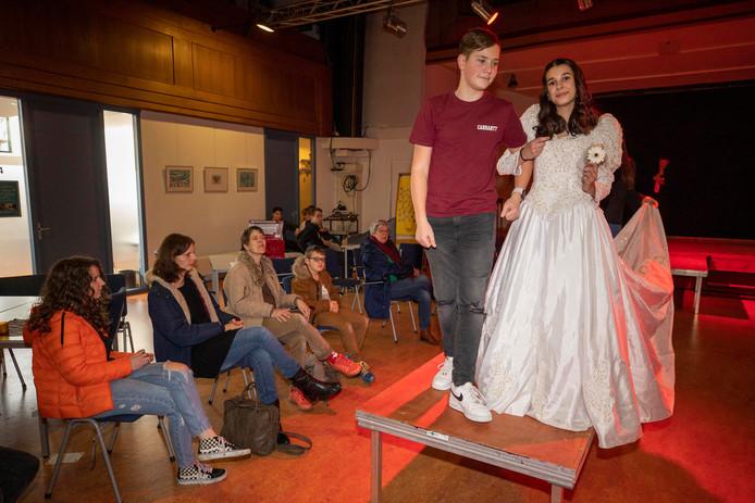 Leerlingen uit het derde leerjaar van het Geuzencollege liepen op Valentijnsdag een modeshow in een trouwjurk.
