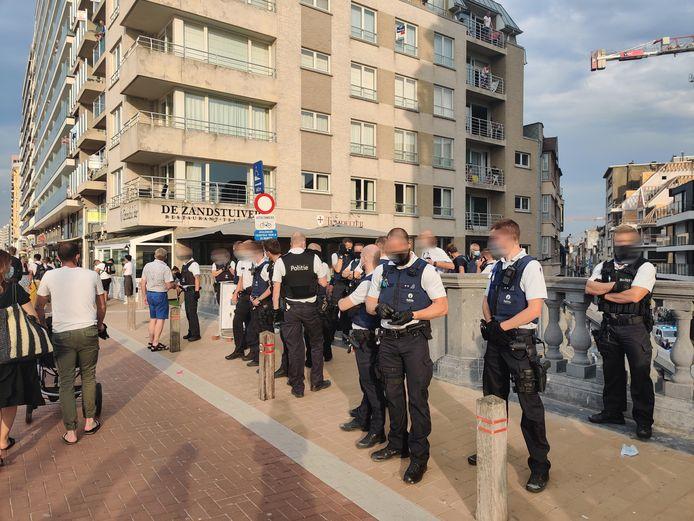 De politie in Blankenberge moest zaterdag optreden vanwege een massale vechtpartij op het strand. De populaire kustplaats is daarom zondag afgesloten voor dagjesmensen.