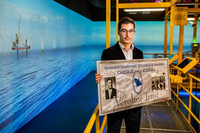 Voor zijn werk aan een milieuvriendelijke methode voor het demonteren van windmolens op zee kreeg Zakaria Sachhi dinsdag de Verolme Prijs en 2.500 euro voor een vervolgopleiding. De foto is gemaakt in het Offshore Experience van het Maritiem Museum.