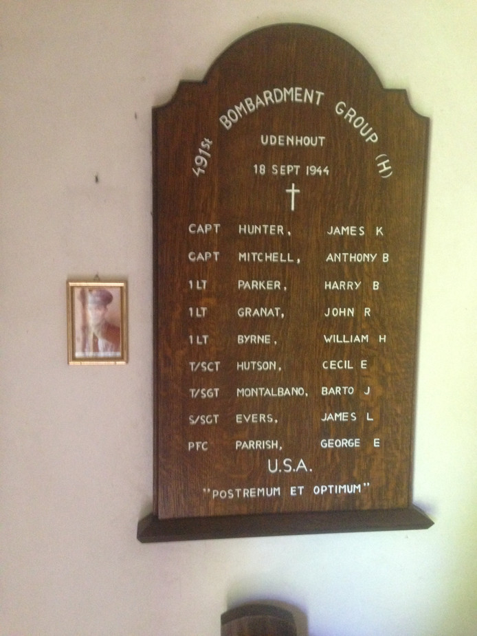 Het herdenkingsbord in de kapel. Boven de teruggekeerde foto van James Evers, aan het lege haakje, hing de beeltenis van James Hunter.