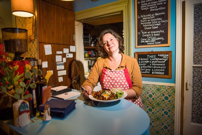 Aan tafel! Sanne Meijer, toont het resultaat van haar kookkunst in 'Enig Alternatief'.