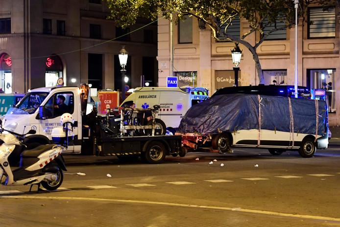 De witte bestelbus wordt na de aanslag afgevoerd door de Spaanse politie.