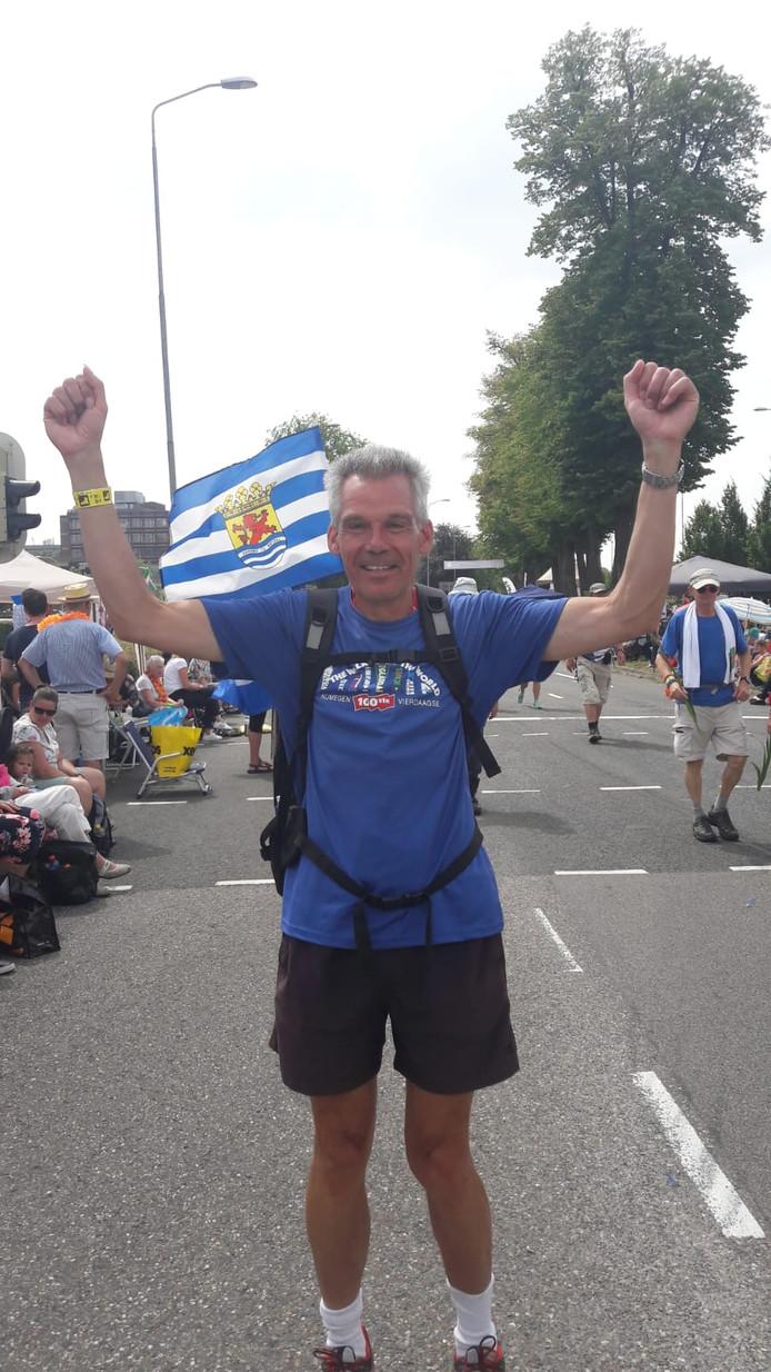 Bram Brasser (60) uit Vlissingen loopt voor de achttiende keer. ,,Schitterend om hier te lopen! Dit doet me echt wat!''