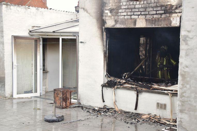 Achteraan is te zien hoe groot de brandschade is in de woning van Dina Vantomme.