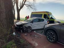 Man gewond bij botsing tijdens inhaalmanoeuvre in Bern bij Wijk en Aalburg