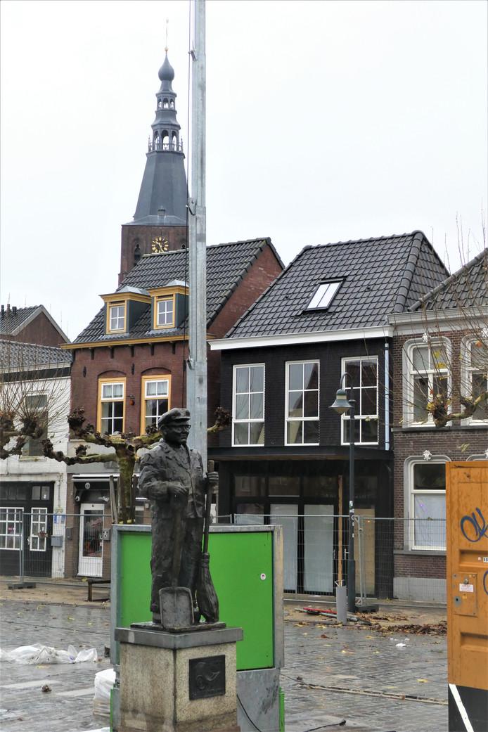 Stop Voets, de bijnaam van wijlen straatveger Willem Voets. Hij keert met zijn standbeeld weer terug naar de heringerichte Markt in Boxtel.