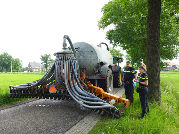 De tractor met uitgeklapte injector waarmee in Boekel een echtpaar van de weg werd gereden.