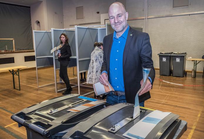 Pepijn Baneke van GroenLinks in het stembureau van 't Môks Café.