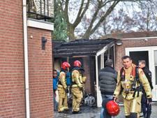 Geparkeerde motorfiets vliegt in brand in Eindhoven, ook overkapping vat vlam