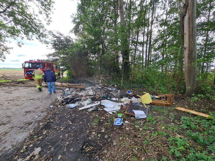 De brandweer blust het afval