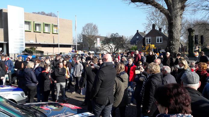 Drukte op het Sint Wilbertsplein in Bakel, zondagochtend bij het vertrek van de karavaan van Go for Africa.