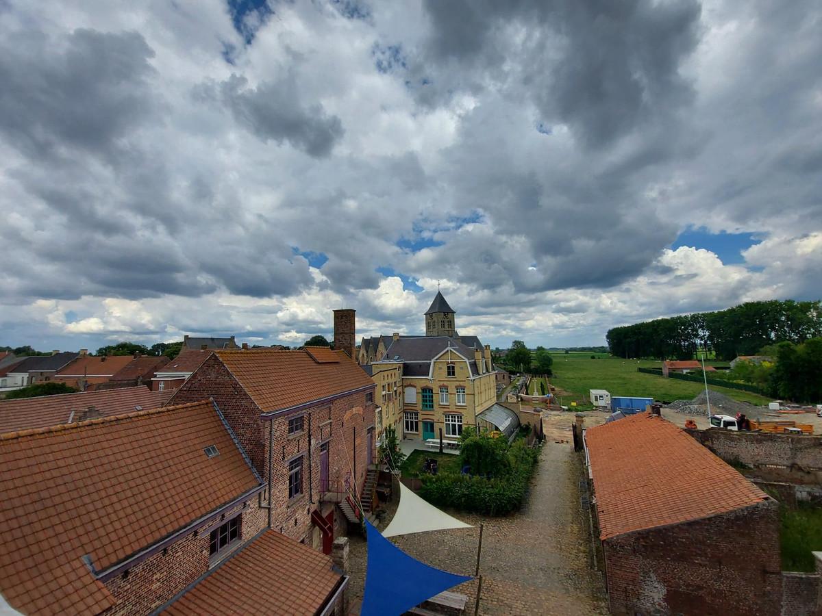 Uitzicht gerenoveerde mouterijtoren van de Kinderbrouwerij in Reningelst.