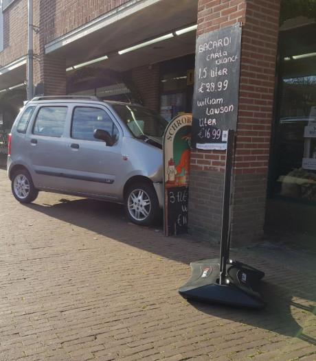 Auto komt tot stilstand tegen pilaar in Beuningen