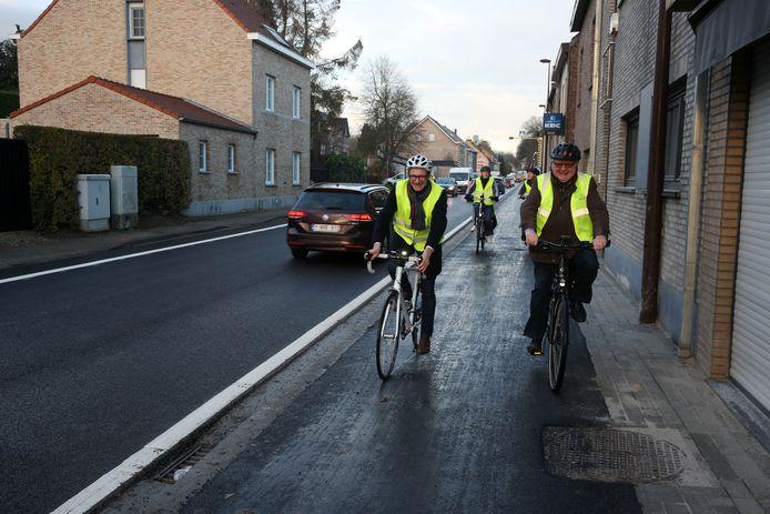 Vlaams minister Ben Weyts (N-VA) en burgemeester Hugo Vandaele (CD&V) fietsten eind vorig jaar het vernieuwde fietspad op de Alsembergsesteenweg in Dworp in. Een deel van de Beerselaars vindt dat comfortabel fietsen in de gemeente amper kan.