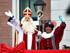 Sinterklaas pakt in Harderwijk de auto voor rijtoer langs de scholen