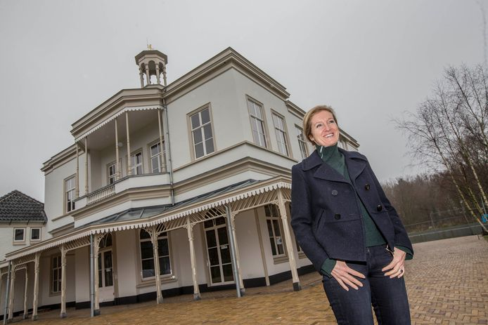 Petra Brekelmans voor de aan de buitenkant reeds gerestaureerde villa.