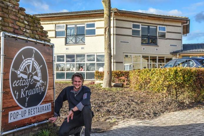 """Peter Platje bij zijn tijdelijke eetcafé 't Kraantje in Blauwe Hand bij Wanneperveen. """"Het uitzicht is geweldig."""""""