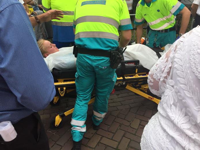 Merel Hofman wordt per brancard afgevoerd.