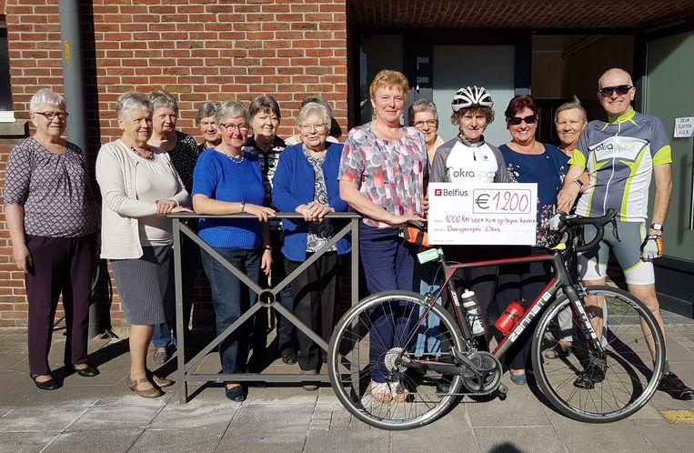 OKRA fietst 1000 km tegen kanker en geeft cheque van 1200 euro.