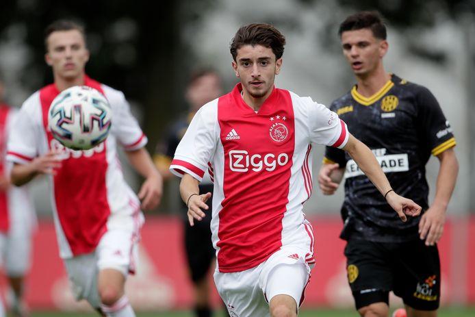 Tunahan Tasci heeft zijn ogen op de bal gericht bij zijn profdebuut tegen Roda JC.