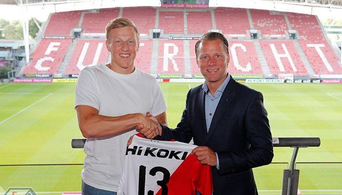 Aanwinst Emil Bergström met directeur voetbalzaken Jordy Zuidam.