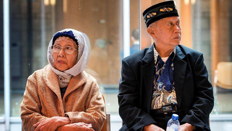 Mevrouw Paturusi en de heer Monji tijdens de schorsing van de rechtszaak tegen de staat om de executie van duizenden Indonesische mannen in 1947 in Zuid-Sulawesi door Nederlandse militairen Beeld anp