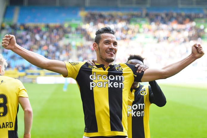 Oussama Darfalou is heel gelukkig met zijn tweede goal.