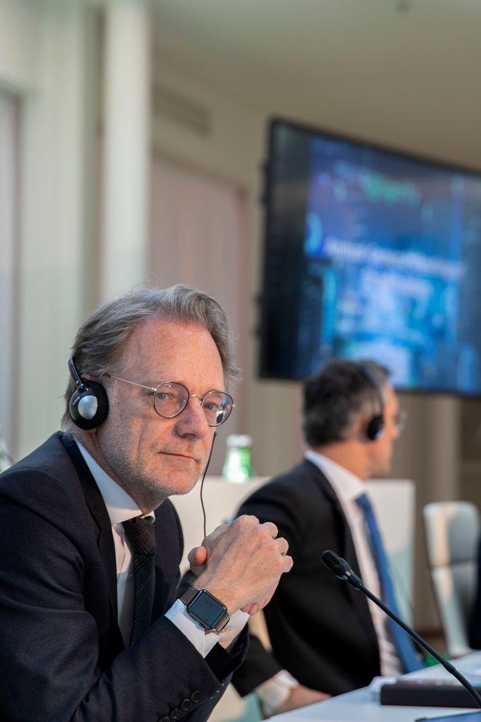 Stéphane Rougeot bij een andeelhoudersvergadering van Signify, naast hem Eric Rondolat.