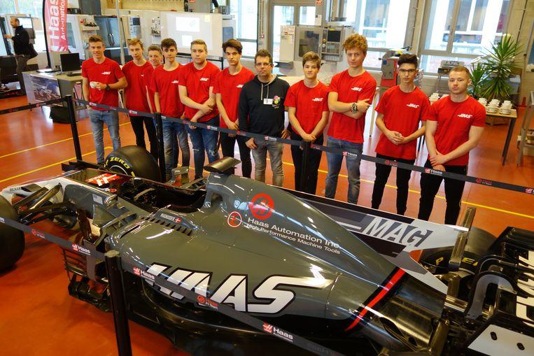 De leerlingen bij de F1-wagen.