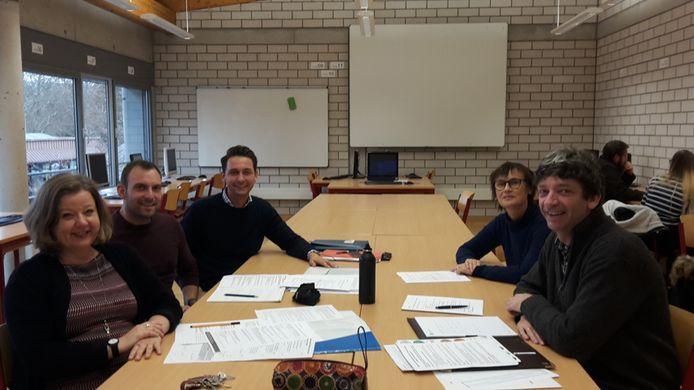 Leerkrachten van het Sint-Jozefinstituut met hun Duitse collega's rond de tafel