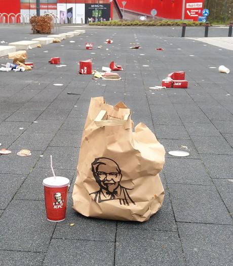 Eigen gasten van KFC geven de tegenstander vast munitie: 'Als varkens gooien ze het afval neer'